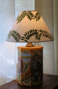 Hague Pretzel tin table lamp with pressed leaf shade